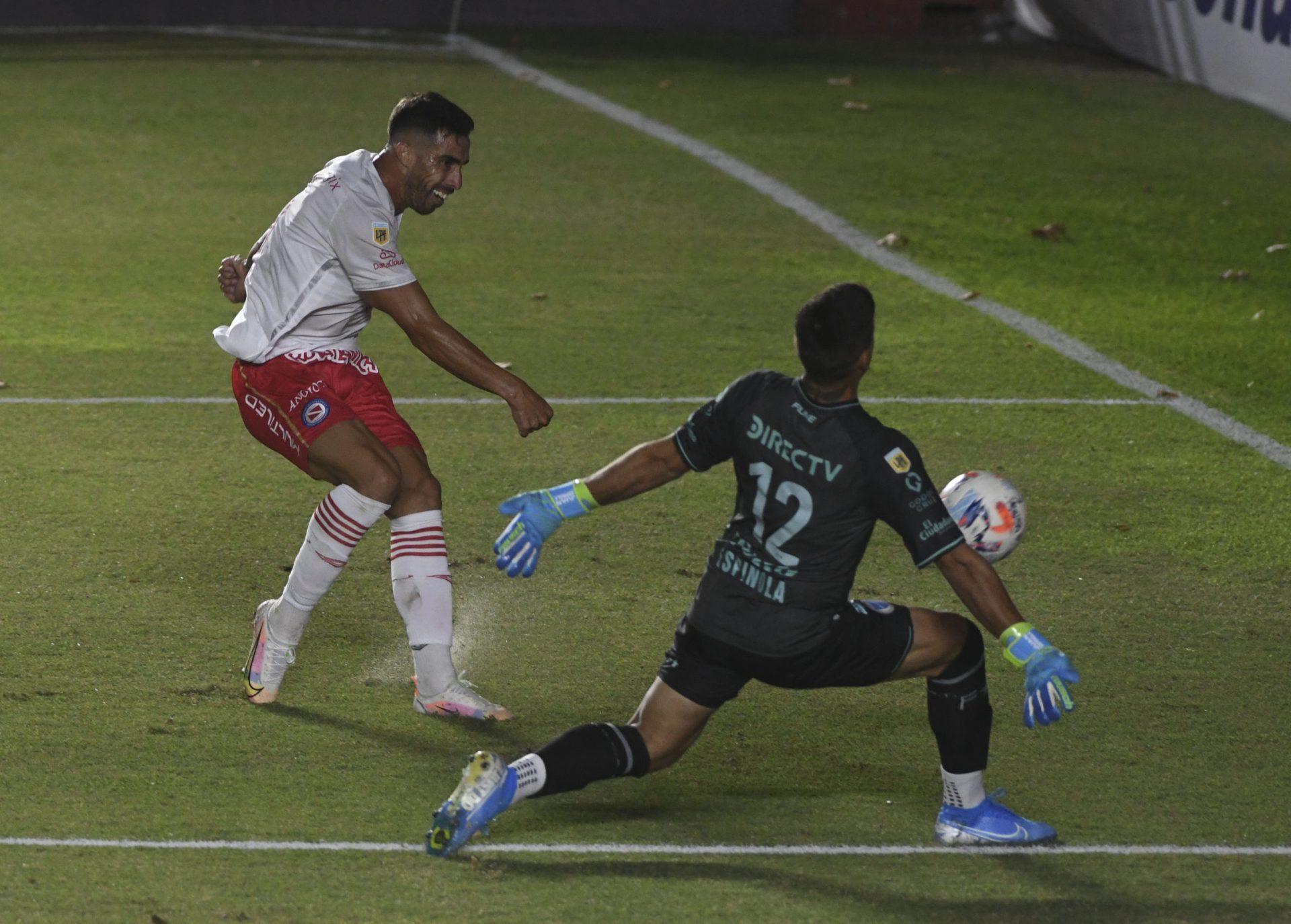 Argenitnos-Godoy-Cruz-Avalos-gol-TELAM-1